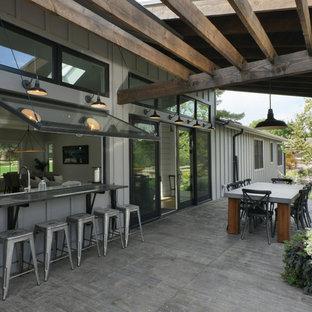 На фото: перголы во дворе частного дома на заднем дворе в стиле кантри