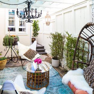 Ispirazione per un piccolo patio o portico bohémian in cortile con un giardino in vaso, una pergola e pavimentazioni in cemento