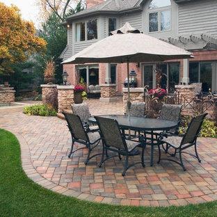 Esempio di un patio o portico eclettico di medie dimensioni e dietro casa con fontane, pavimentazioni in cemento e una pergola