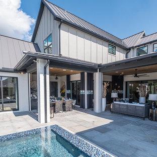 Esempio di un grande patio o portico bohémian dietro casa con pavimentazioni in cemento e un tetto a sbalzo