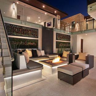 Esempio di un ampio patio o portico contemporaneo in cortile con pavimentazioni in cemento e nessuna copertura