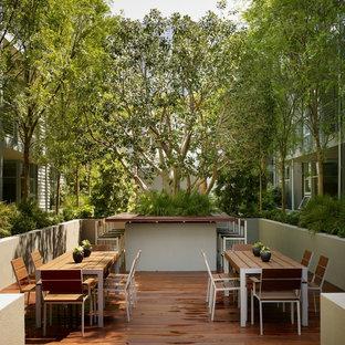 Esempio di un patio o portico industriale con pedane e nessuna copertura