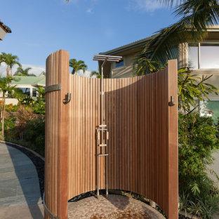 Cette image montre une terrasse avec une douche extérieure arrière ethnique avec des pavés en pierre naturelle.