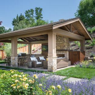 Aménagement d'une terrasse avec une cuisine extérieure classique avec un gazebo ou pavillon.