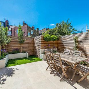 Idées déco pour une petite terrasse et balcon arrière contemporaine avec des pavés en béton et aucune couverture.