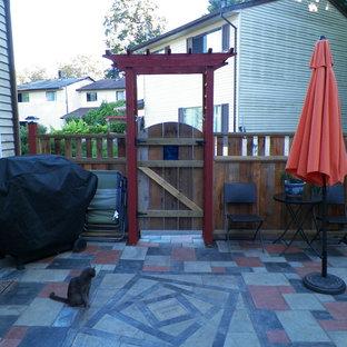 Esempio di un piccolo patio o portico boho chic dietro casa con pavimentazioni in cemento e nessuna copertura