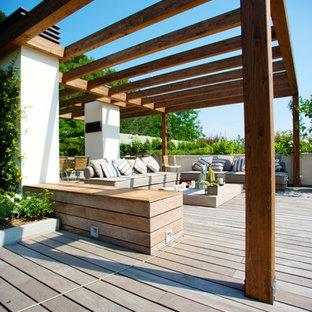 Idées déco pour une terrasse contemporaine de taille moyenne avec un gazebo ou pavillon.