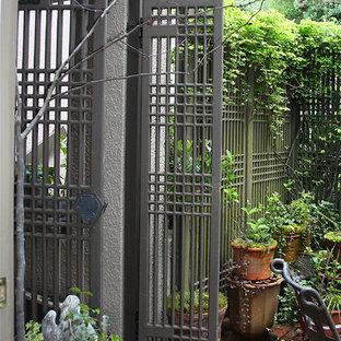 Foto di un piccolo patio o portico etnico davanti casa con pavimentazioni in mattoni e nessuna copertura