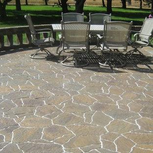 Esempio di un patio o portico chic di medie dimensioni e dietro casa con pavimentazioni in pietra naturale e nessuna copertura