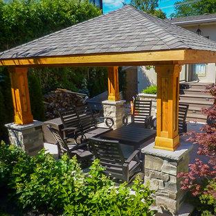 Idee per un piccolo patio o portico american style nel cortile laterale con pedane e un gazebo o capanno