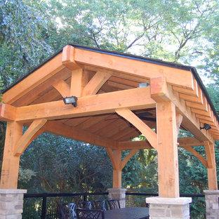 Immagine di un patio o portico stile rurale dietro casa e di medie dimensioni con un tetto a sbalzo e pedane