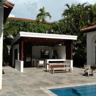 Esempio di un grande patio o portico classico dietro casa