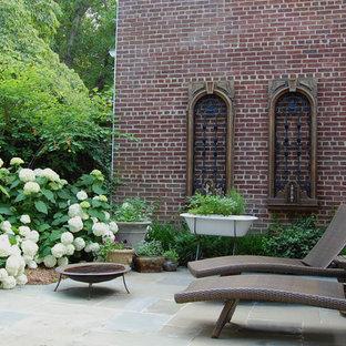 ワシントンD.C.のエクレクティックスタイルのおしゃれな裏庭のテラス (ファイヤーピット) の写真