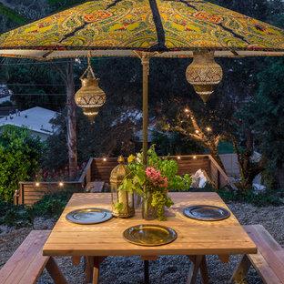 Immagine di un patio o portico boho chic con ghiaia