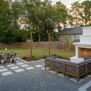 Idee per un patio o portico tradizionale dietro casa con un caminetto, pavimentazioni in cemento e nessuna copertura