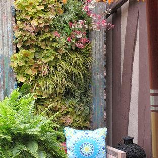 Foto di un piccolo patio o portico eclettico con pedane e nessuna copertura