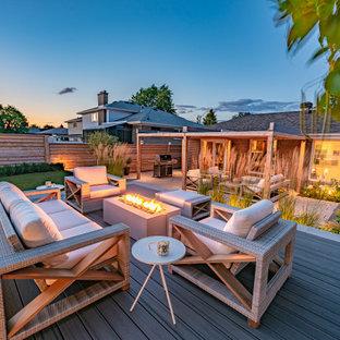 Foto di un patio o portico contemporaneo di medie dimensioni e dietro casa con pavimentazioni in cemento e una pergola
