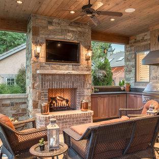 Удачное сочетание для дизайна помещения: большой дворик на заднем дворе в стиле рустика с летней кухней, навесом и покрытием из плитки - самое интересное для вас