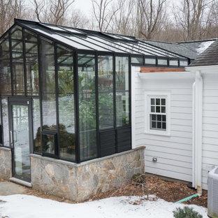 Esempio di un patio o portico chic con pavimentazioni in pietra naturale e un tetto a sbalzo