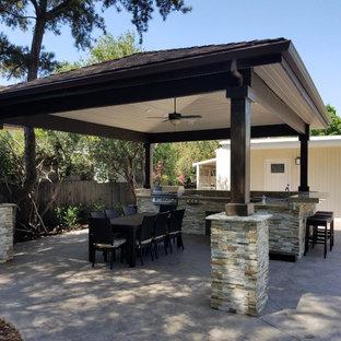 Ispirazione per un patio o portico moderno di medie dimensioni e dietro casa con una pergola e cemento stampato
