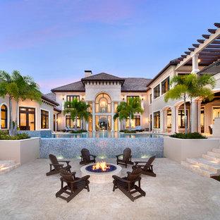 Новые идеи обустройства дома: огромный дворик на заднем дворе в средиземноморском стиле с покрытием из каменной брусчатки и местом для костра без защиты от солнца