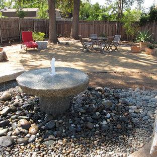 Foto di un patio o portico minimal dietro casa con fontane e graniglia di granito