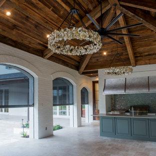 Idee per un ampio patio o portico costiero dietro casa con piastrelle e un gazebo o capanno