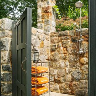 Idée de décoration pour une terrasse avec une douche extérieure arrière tradition avec aucune couverture.