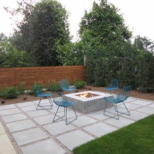Неиссякаемый источник вдохновения для домашнего уюта: дворик на заднем дворе в современном стиле с местом для костра и мощением тротуарной плиткой