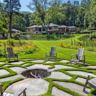 Imagen de patio tradicional, grande, sin cubierta, en patio trasero, con brasero