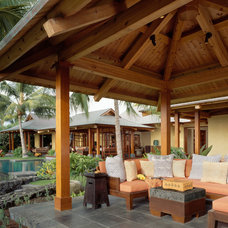 Tropical Patio by ZAK Architecture