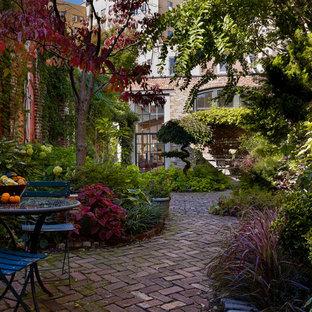 Foto di un patio o portico industriale in cortile con pavimentazioni in mattoni