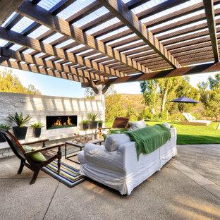Ispirazione per un grande patio o portico classico dietro casa con graniglia di granito e una pergola