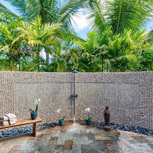 Foto di un patio o portico tropicale con pavimentazioni in cemento e nessuna copertura