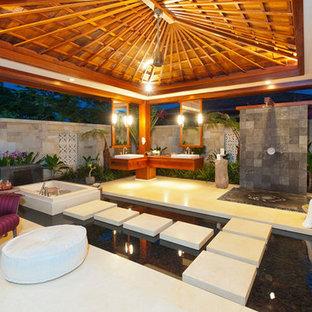 Ispirazione per un grande patio o portico tropicale dietro casa con un tetto a sbalzo