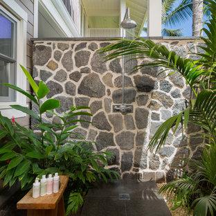 Immagine di un patio o portico tropicale con piastrelle