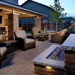 На фото: дворик среднего размера на заднем дворе в стиле рустика с местом для костра, мощением тротуарной плиткой и навесом с
