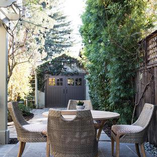 Foto di un patio o portico boho chic di medie dimensioni e nel cortile laterale con piastrelle e una pergola