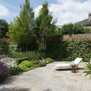 Inspiration för en vintage uteplats på baksidan av huset, med en vertikal trädgård