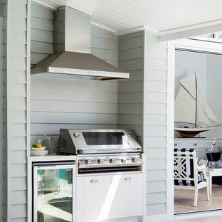 Ispirazione per un patio o portico tradizionale dietro casa con un tetto a sbalzo