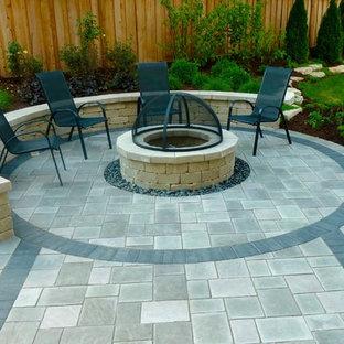 Idee per un patio o portico design dietro casa con pavimentazioni in mattoni