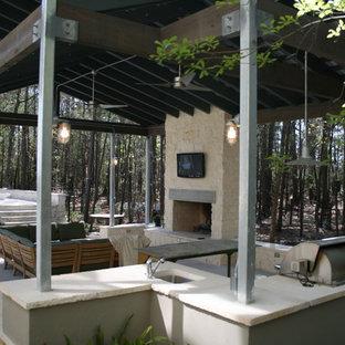 Idee per un grande patio o portico industriale nel cortile laterale con un focolare, pavimentazioni in pietra naturale e un gazebo o capanno