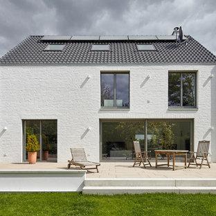 Großer, Unbedeckter Moderner Patio hinter dem Haus in Düsseldorf