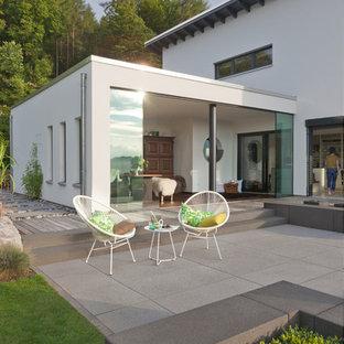 Mittelgroßer, Unbedeckter Moderner Patio hinter dem Haus mit Wasserspiel in Frankfurt am Main