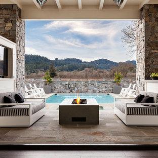 Foto de patio tradicional renovado, de tamaño medio, en patio trasero y anexo de casas, con adoquines de piedra natural