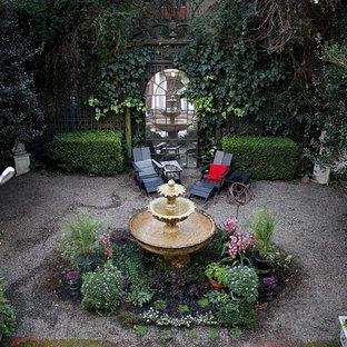 Idee per un patio o portico vittoriano di medie dimensioni e in cortile con fontane, ghiaia e nessuna copertura