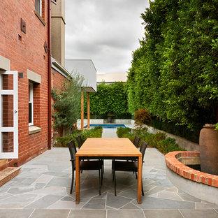 Esempio di un grande patio o portico vittoriano nel cortile laterale con pavimentazioni in cemento