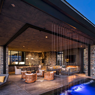 Idee per un ampio patio o portico minimal dietro casa con pavimentazioni in pietra naturale e fontane