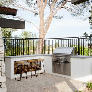 Esempio di un patio o portico moderno dietro casa con lastre di cemento e nessuna copertura