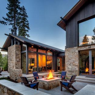 Идея дизайна: большой двор на заднем дворе в стиле рустика с местом для костра и покрытием из каменной брусчатки без защиты от солнца